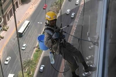 مشروع تنظيف النوافذ والعمارات العالية
